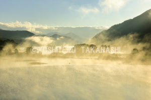 朝の秋元湖